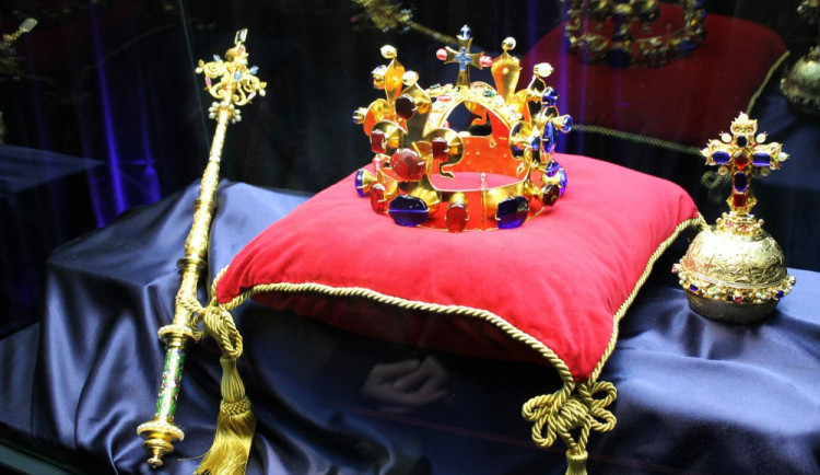 Na Hrubé Skále vystaví repliky Českých korunovačních klenot