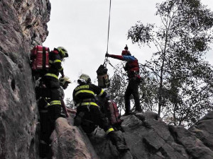 VIDEO: Horolezec v Suchých skalách spadl. Po náročném zásahu ho do nemocnice transportoval vrtulník