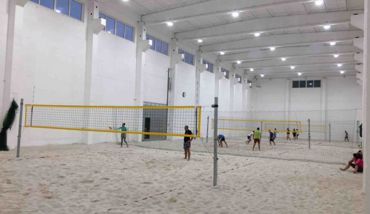 Na plážový volejbal i v zimě? Ve Starém Harcově mají pět kurtů v hale