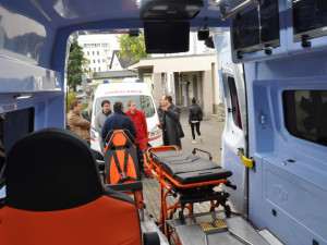 FOTO: Nemocnice pořídila čtyři nové sanitky. Pacienti budou mít větší komfort