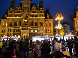 Trhy před radnicí jsou letos jinak uspořádané. Vyniká nasvícená kašna