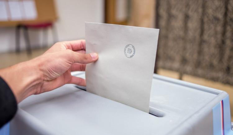 Češi si začali vybírat prezidenta mezi Zemanem a Drahošem