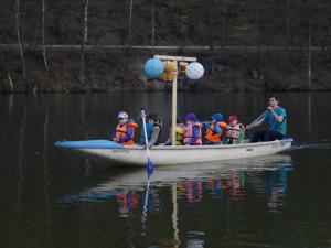 Libereckou přehradu večer ozáří lampiony. Proběhne skautská plavba
