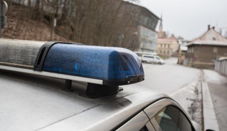 Řidič kamionu nedal přednost a zapříčinil nehodu. Policie hledá svědky