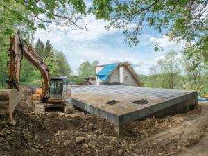 Rekonstrukce úpravny vody v Bílém Potoce skončí za půl roku. Z původní stavby zbyly jen zdi