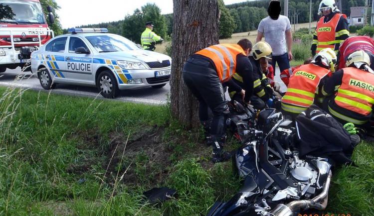 FOTO: Motorkář narazil do stromu, do nemocnice letěl vrtulníkem