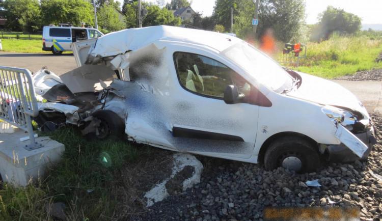 FOTO: Řidič v Pilínkovské ulici vjel na přejezd na červenou. Střetl se s vlakem