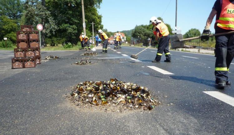 FOTO: Z náklaďáku se vysypalo 160 přepravek piva. Silnice byla uzavřená