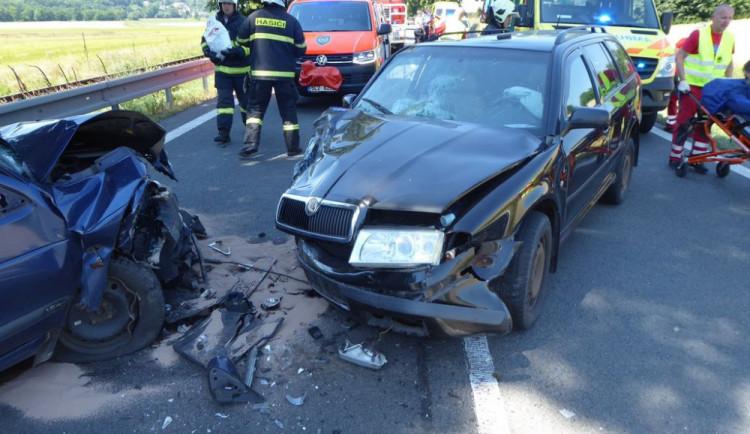 V Sedmihorkách se čelně srazila dvě auta. Dva lidé jsou v nemocnici