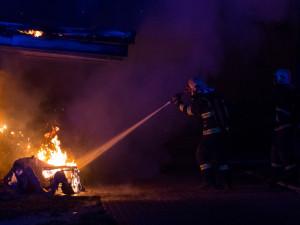 FOTO: V centru Jablonce vzplál přístřešek na popelnice, někdo ho zapálil úmyslně