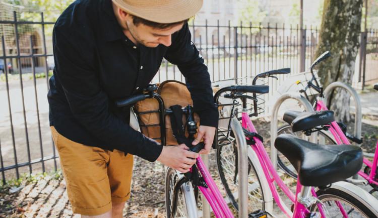 Fenomén jménem sdílení kol. Růžové bicykly zaplavují Českou republiku