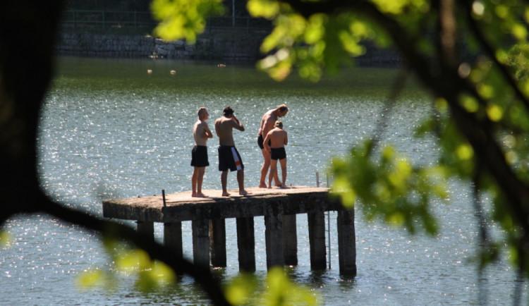 Zákaz koupání v jablonecké přehradě, je plná sinic. Voda není dobrá ani v liberecké