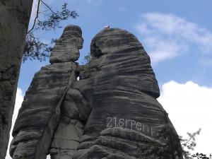 """Na skalním útvaru """"Milenci"""" v Adršpašských skalách se objevil nápis"""