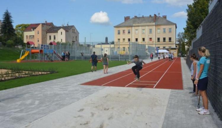 Zanedbaný školní pozemek proměnili ve sportovní areál. Přestavba vyšla na 22 milionů