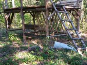 Kdosi ukradl střechu krmelce a dřevo u Nového Boru