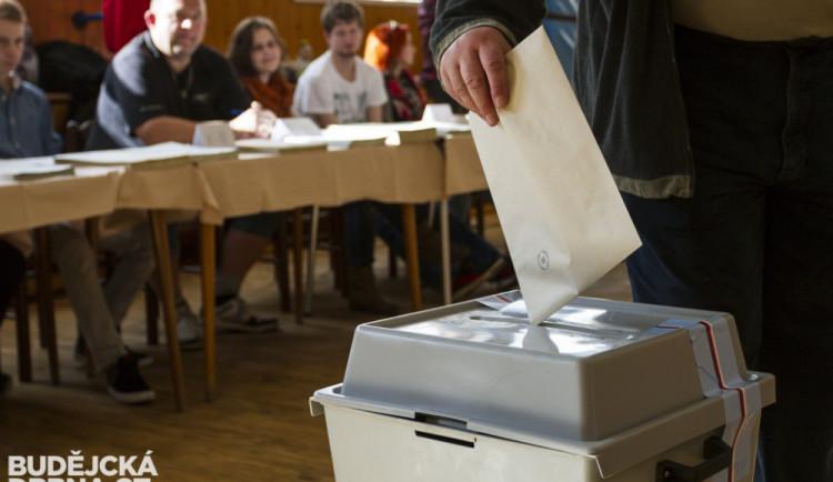 VOLBY 2018: Volební místnosti se otevírají. Lidé mohou vybírat z dvanácti uskupení