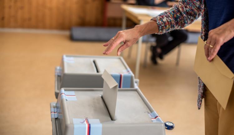 VOLBY 2018: Volit přišlo přes čtvrtinu voličů, u referenda je účast zhruba poloviční