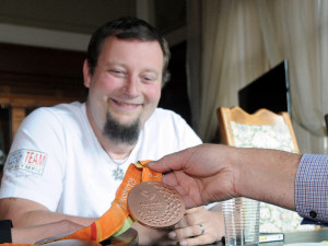 Stolní tenista Jiří Suchánek se připravuje na paralympiádu. Město mu přispěje