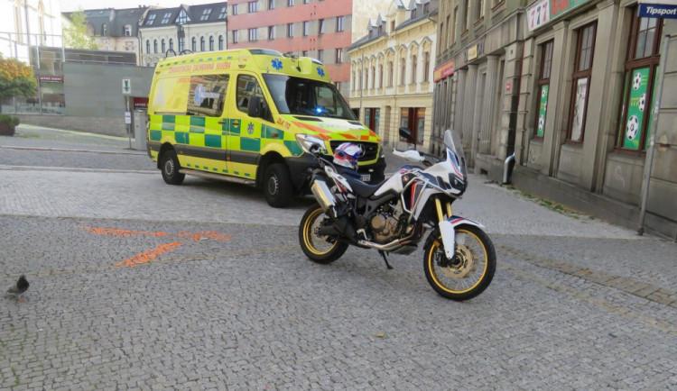 V centru města se motocykl srazil s chodcem