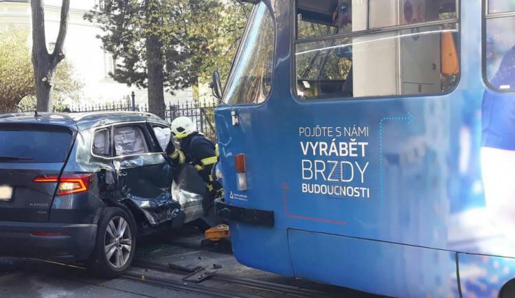 Po srážce auta s tramvají skončila žena v nemocnici