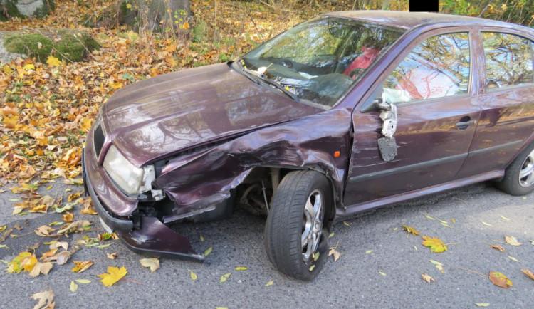 Řidiče oslnily sluneční paprsky, vjel do protisměru a naboural protijedoucí vůz