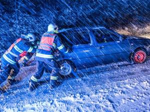 FOTO: První sníh zkomplikoval dopravu. Silničáři vyjeli na Ještěd, do Harrachova nebo na Prácheň