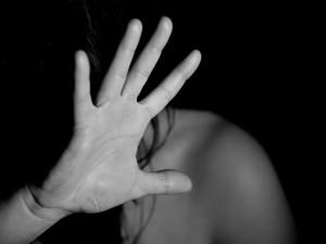 Tisíce znásilněných žen a zneužitých mužů, přesto společnost před sexuálním násilím zavírá oči