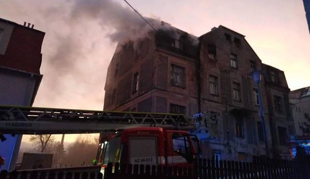 FOTO: Ve Vojanově ulici hořel dům. Hasiči evakuovali jedenáct lidí