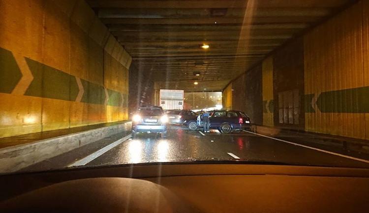 V libereckém tunelu se střetl nákladní automobil s osobákem