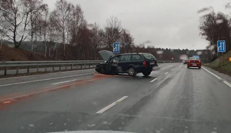 FOTO: U Jeřmanic se tvoří kolony, havarovalo zde osobní vozidlo