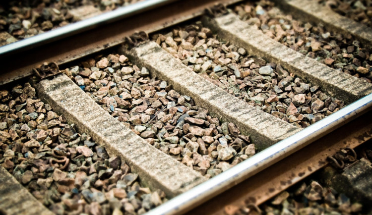 Lidský život dnes vyhasl na Semilsku, muž údajně ulehl na koleje před projíždějící vlak
