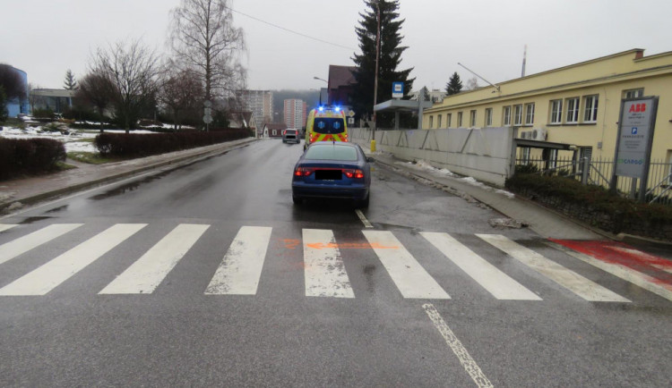 Nepozornost řidiče odnesl chodec, sražený skončil v nemocnici