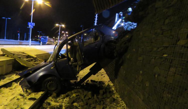 FOTO: S autem prorazil plot a spadl na koleje. Tři lidé se zranili