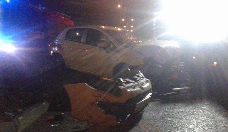 Opilý řidič nezvládl projet kruháč v ulici České mládeže, při nehodě se zranil