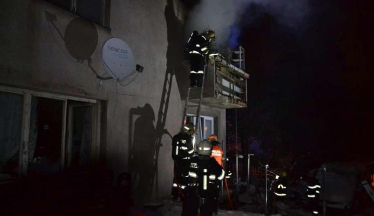 FOTO: Libereckou rodinu probudil požár, nad ránem zasahovaly u hořícího domu čtyři jednotky hasičů