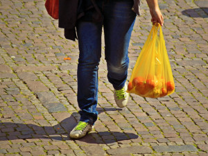Velké obchodní řetězce v Česku ruší prodej igelitových tašek. Začnou nabízet papírové