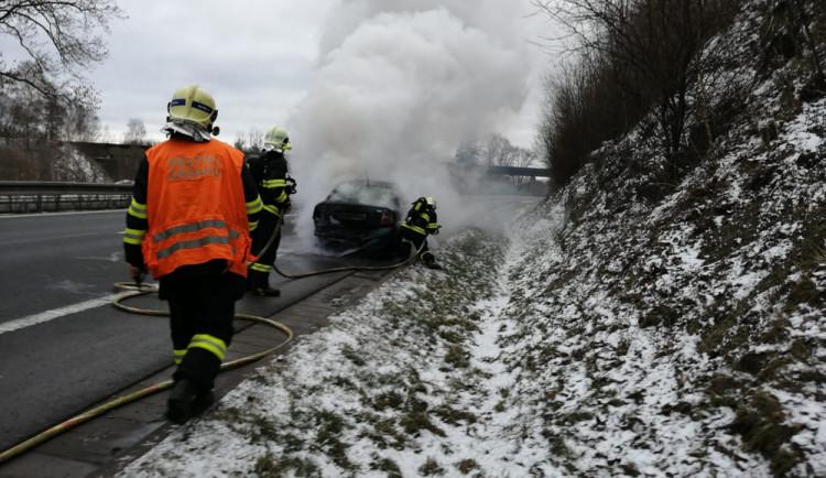Před Libercem hořel Passat, příčinou byla závada v elektroinstalaci