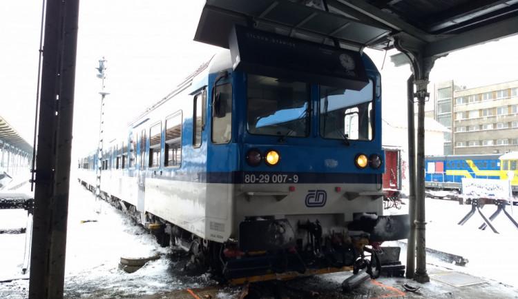 FOTO: Vykolejený vlak zastavil až na peronu, převážel šest desítek lidí