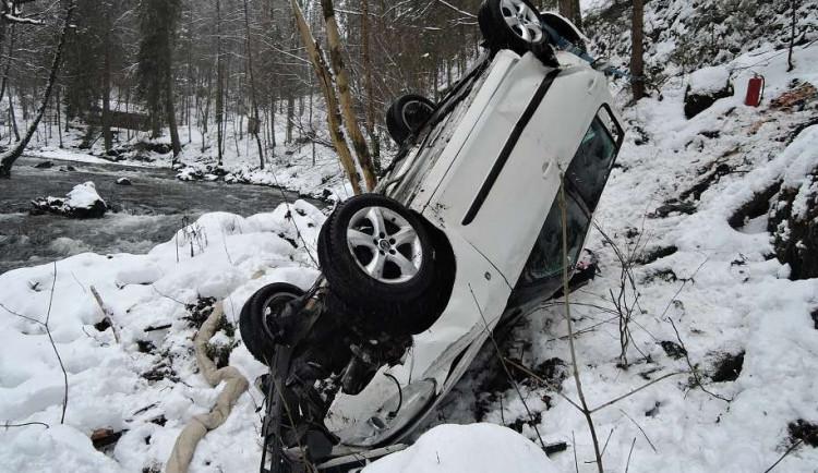 FOTO: Vůz spadl z třicetimetrového srázu, skončil zapíchnutý u řeky