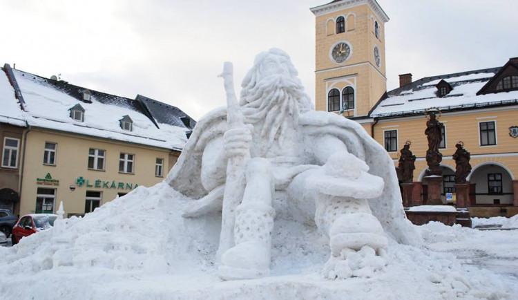 Sněhový Krakonoš je letos v Jilemnici bez kalhot a kabátu