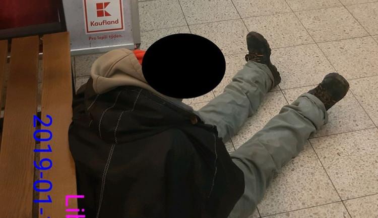 Bezdomovec v Kauflandu vypil půl rumu na ex. Za pokladnami pak usnul na zemi