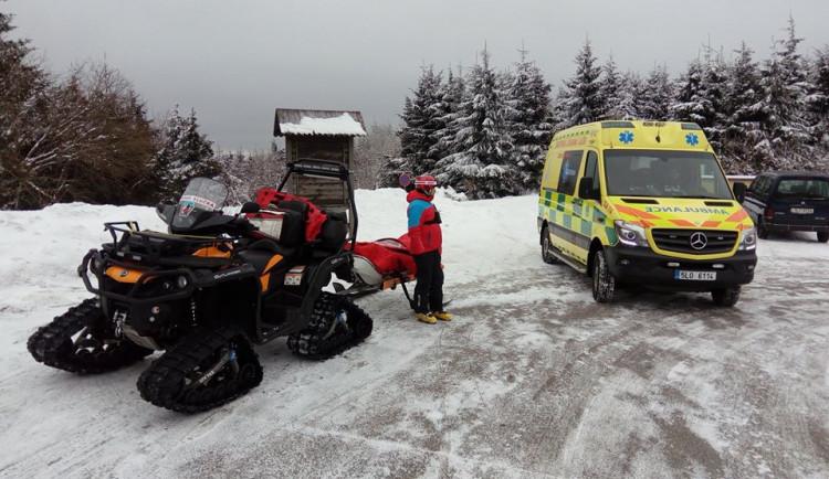 Slunečný víkend na horách přinesl i komplikace. Záchranáři řešili čtyřicet úrazů