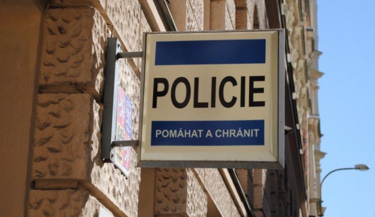Policie celý víkend zasahovala v libereckém sídle Jiřího Vařila. Kvůli poškození auta zadržela muže