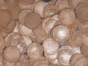 Chete vidět poklad? Muzeum vystaví zlaté mince nalezené loni u Vysokého