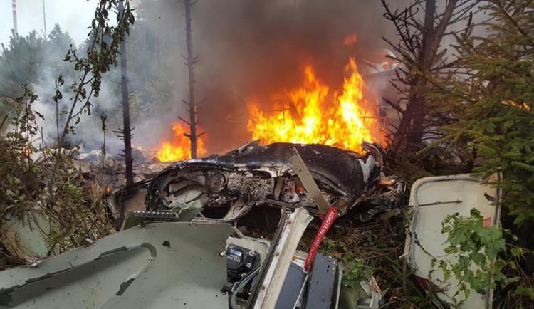 Za tragickou leteckou nehodu, při které zemřely dvě osoby, mohla závada v motoru
