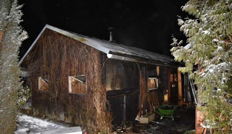 Hasiči v noci vyjížděli k hořící chatce, škoda je odhadována na 120 tisíc korun