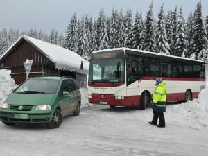 Jak vyřešit dopravní kolapsy v Jizerkách? Od pátku do hor pojede více autobusů