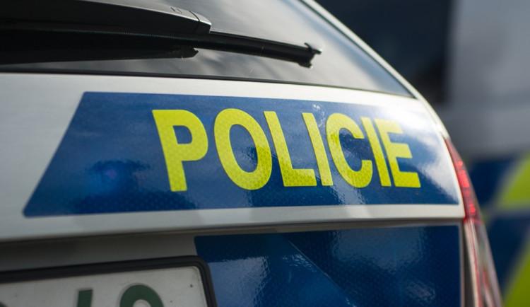 Policisté pátrají po zloději z obchodního centra. Ukradl dvě lahve alkoholu za dvanáct tisíc
