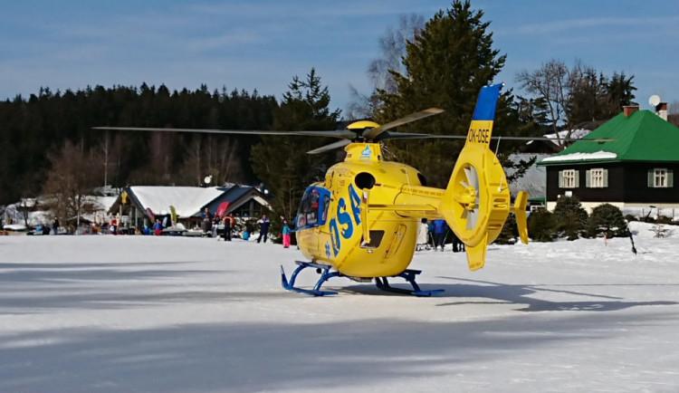 Čtyři vážné úrazy na sjezdovkách v Harrachově během necelých tří hodin. Tři lyžaře transportovaly vrtulníky