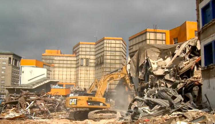 POLITICKÁ KORIDA: Měl se před deseti lety zbourat Obchodní dům Ještěd?